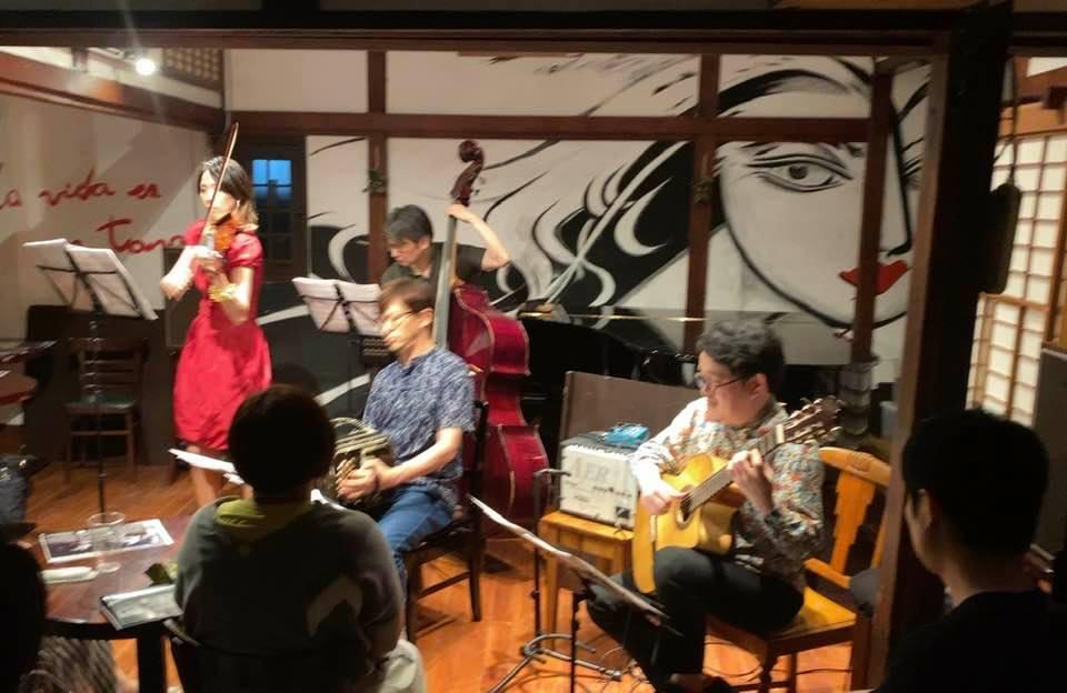 7/28 に開催しました。満員御礼ありがとうございました。  大柴拓 (ギター・編曲/作曲)  鈴木慶子(ヴァイオリン)  北村聡(バンドネオン)  西嶋徹(コントラバス)  多くのバンド ...